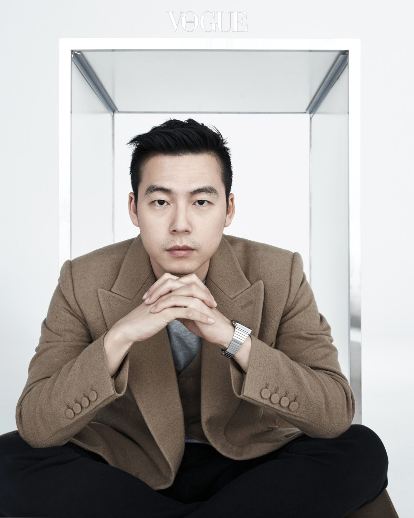 베이지 재킷과 베스트는 김서룡(Kimseoryong).
