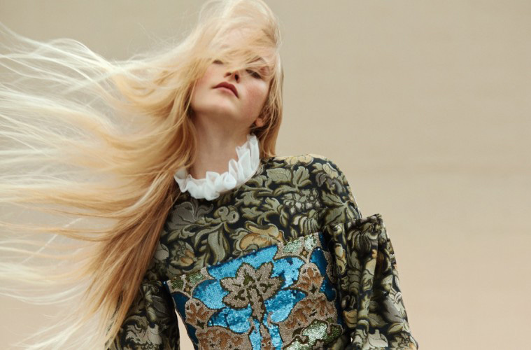 GOLDEN GIRL창백한 피부, 탐스러운 금발, 영롱한 녹색 눈동자를 지닌 새로운 세대의 슈퍼모델, 진 캠벨. 금빛 자수가 돋보이는 브로케이드 드레스를 입은 모습은 꼭 엘리자베스 시대의 초상화를 떠올리게 한다.