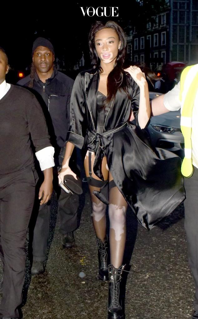 이제는 대놓고 가터벨트가 노출된 코르셋 차림에 로브 파자마 가운을 걸쳐 입는 '리얼 섹시 룩'을 뽐내는 그녀.