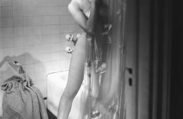 샤워를 너무 자주 하면 면역력이 약화되고 우리 몸을 감싸고 있는 천연 오일막을 제거해 결국은 피부 표면을 파괴시키는 결과를 낳을 수 있어요. 아침, 저녁으로 거품 샤워를 해야 개운하다면 아침 샤워는 간단하게 물샤워로 끝내도록 해요.