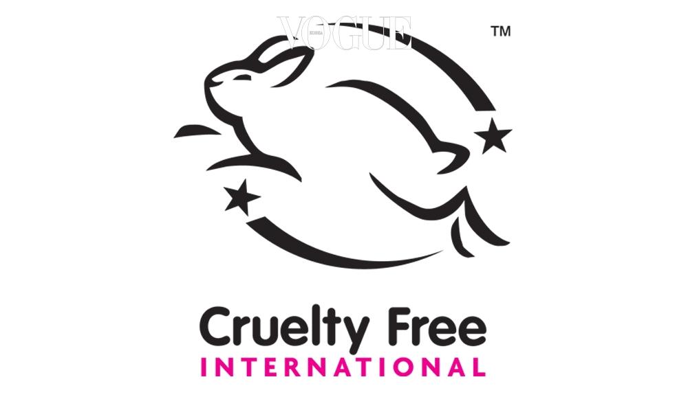 수줍은 웃음을 머금고 뛰어오르는 토끼! 이 리핑 버니(Leaping Bunny)라고 불리는 마크는 북미주를 대표하는 8개의 동물보호단체가 연합하여 만든 동물 실험 반대 협회로, 화장품, 원료, 합성원료 등을 만들 때 동물 실험을 100% 배제한 제품에만 수여하는 마크랍니다.
