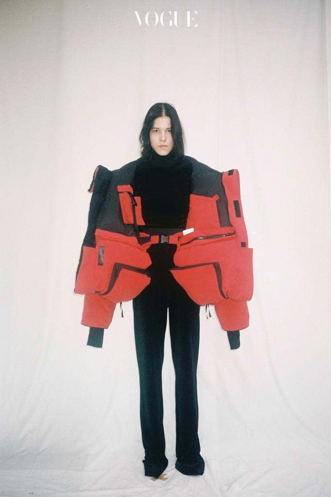 빨간색 아우터를 입은 주 체미에르