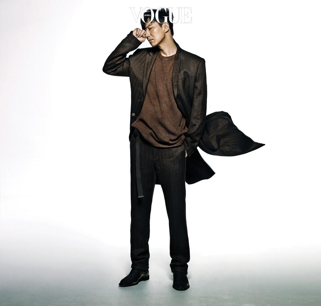 브라운 컬러의 재킷, 니트 톱, 팬츠, 워커는 지방시 바이 리카르도 티시(Givenchy by Riccardo Tisci).