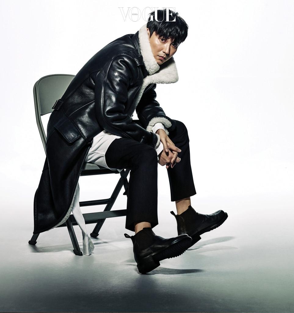 블랙 무스탕 재킷은 암위(Am.We), 화이트 롱 셔츠는 포츠 1961(Ports 1961), 블랙 워커는 우영미(Wooyoungmi).