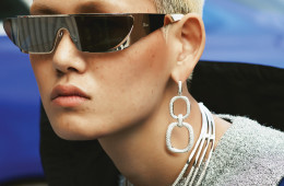 EZ브랜드 대표 심벌 'D'를 재해석한 디레이스 컬렉션의 귀고리와 뱀 형태에서 영감을 받아 12캐럿이 넘는 다이아몬드로 세팅한 목걸이는 다미아니(Damiani). 블루 점퍼와 은색 크롭트 스웨터는 발렌시아가(Balenciaga), 선글라스는 디올(Dior).
