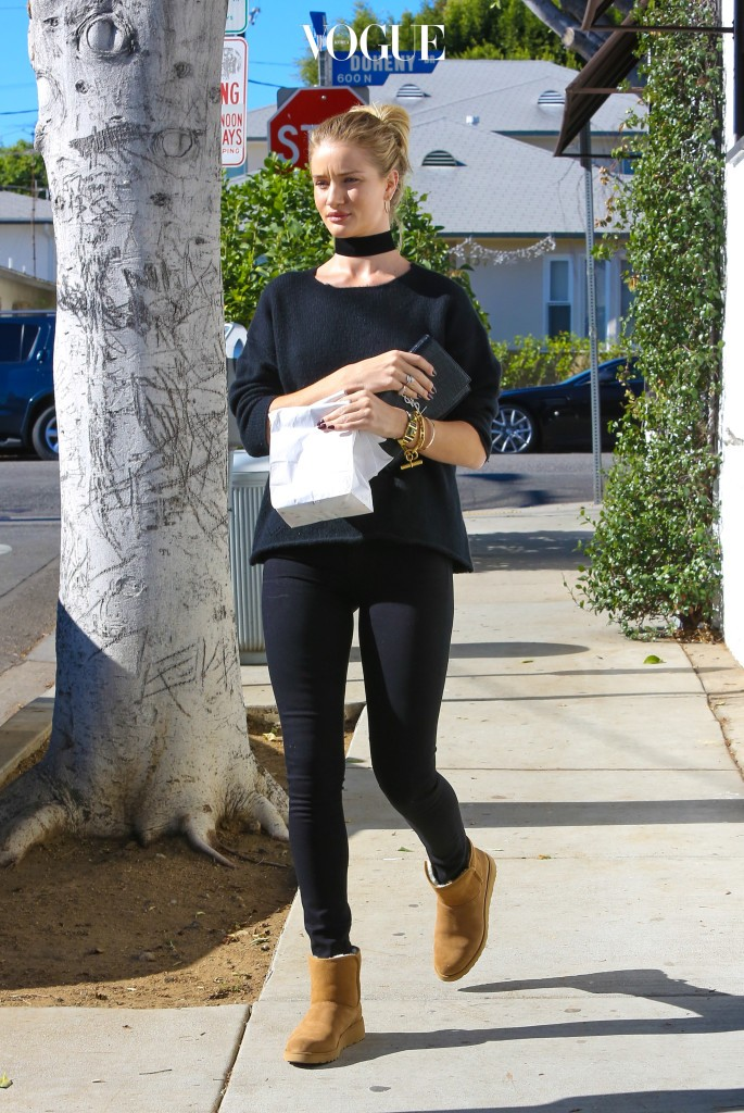 UK CLIENTS MUST CREDIT: AKM-GSI ONLY EXCLUSIVE: West Hollywood, CA - Rosie Huntington-Whiteley picks up a snack for her hunky Englishman Jason Statham at La Conversation in West Hollywood. The couple then stopped by the local grocer for a few items to start their day. Rosie rocked an all black ensemble with black skinnies, a matching top and brown leather Ugg boots with a black choker. Pictured: Rosie Huntington-Whiteley Ref: SPL1187523  011215   EXCLUSIVE Picture by: AKM-GSI / Splash News