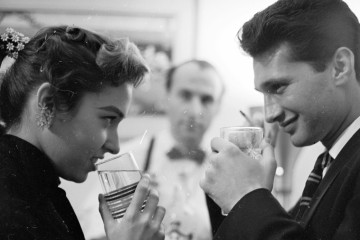 circa 1955:  A bartender waits attentively on a young couple out on a date.  (Photo by Orlando /Three Lions/Getty Images)