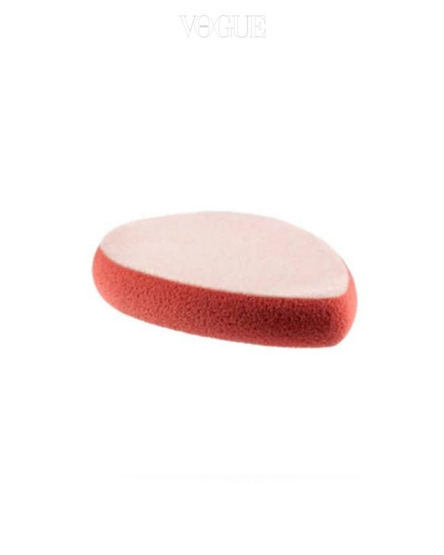 맥의 듀오 사이드 스펀지 분홍색 부분으로는 리퀴드, 젤 혹은 크림 류의 제품을 펴바르는 데 사용하고, 흰색부분으로는 피니시 파우더 혹은 컨실러를 펴바를 때 사용합니다. 가격은 9천 원.