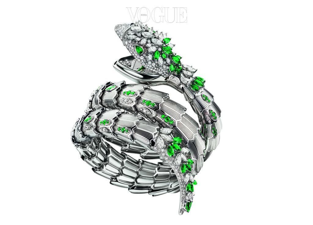 431개의 다이아몬드와 122개의 에메랄드, 18K 화이트 골드가 어우러져 뱀의 형상을 한 불가리의 '세르펜티' 하이 주얼리 시계. 전 세계 단 한 피스만 있는 스페셜 에디션.