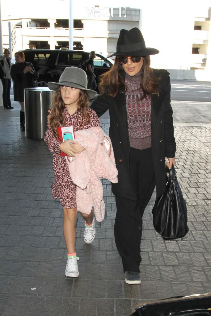 이 포스넘치는 모녀의 정체는? 바로 셀마 헤이엑과 딸 발렌티나입니다. 아빠는 생로랑, 구찌등을 거느린 세계적인 명품기업 케어링 그룹의 회장 프랑소와 앙리 피노입니다
