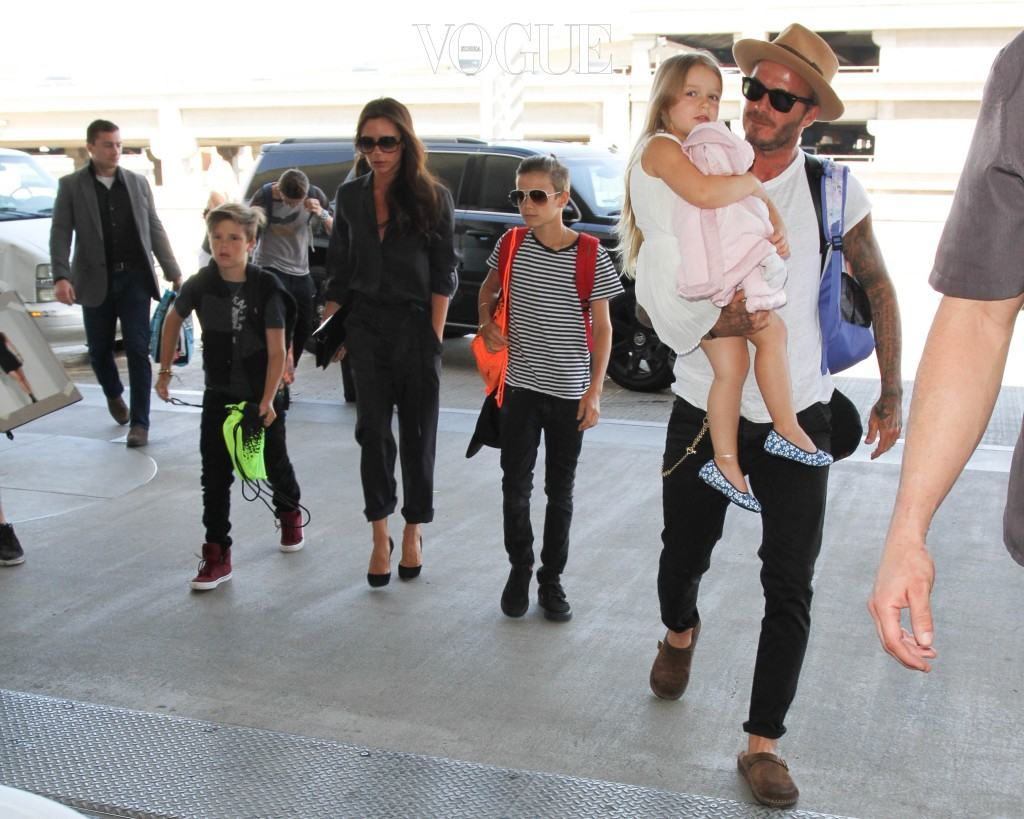 David Beckham, Victoria Beckham, Brooklyn Joseph Beckham, Romeo James Beckham, Harper Seven Beckham, Cruz David Beckham are seen at LAX. in Los Angeles, California. Pictured: David Beckham, Victoria Beckham, Brooklyn Joseph Beckham, Romeo James Beckham, Harper Seven Beckham, Cruz David Beckham Ref: SPL1113787  310815   Picture by: GVK/Bauergriffin.com