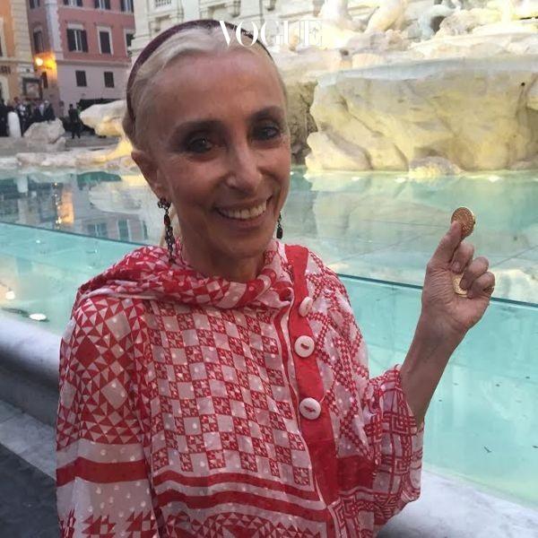 지난 여름, 트레비 분수에서 열린 칼 라거펠트의 펜디 쇼를 위해 로마를 방문한 프랑카 소짜니.