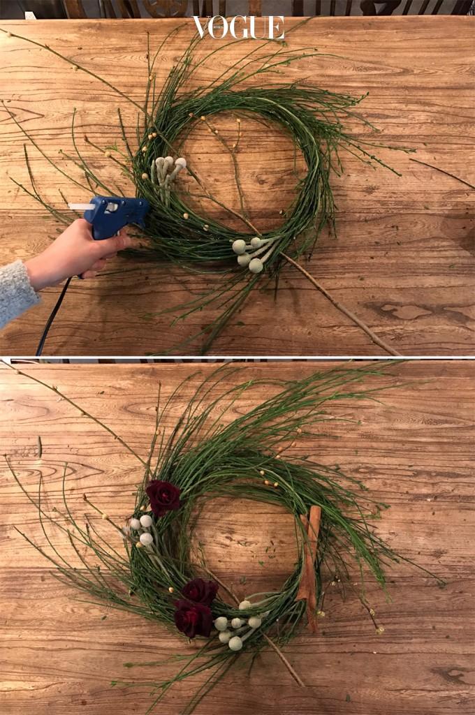 글루건을 이용해 브로니아와 드라이 장미를 고정시킨다. 드라이 장미 대신 블랙베리를 활용해도예쁜 리스가 완성된다. 이때 전체적으로 두르는 것 보다 가지의 결을 살려 대칭으로 세팅하는 게 포인트. 계피스틱과 얇은 리본으로 마무리해주면,