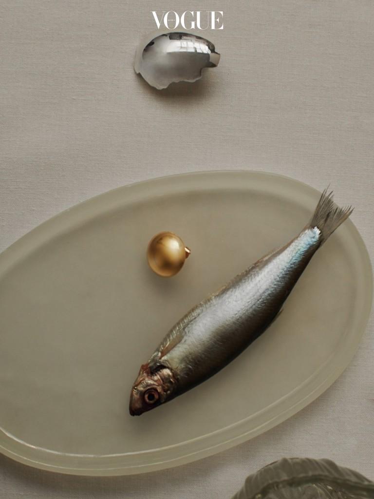 깨진 달걀 껍질과 노른자를 형상화한 초현실주의적인 언밸런스 이어링. 스톡홀름에서 친구 사이인 프레드릭 나토르스트와 야코브 스크라게가 론칭한 올 블루스(All Blues) 제품이다.