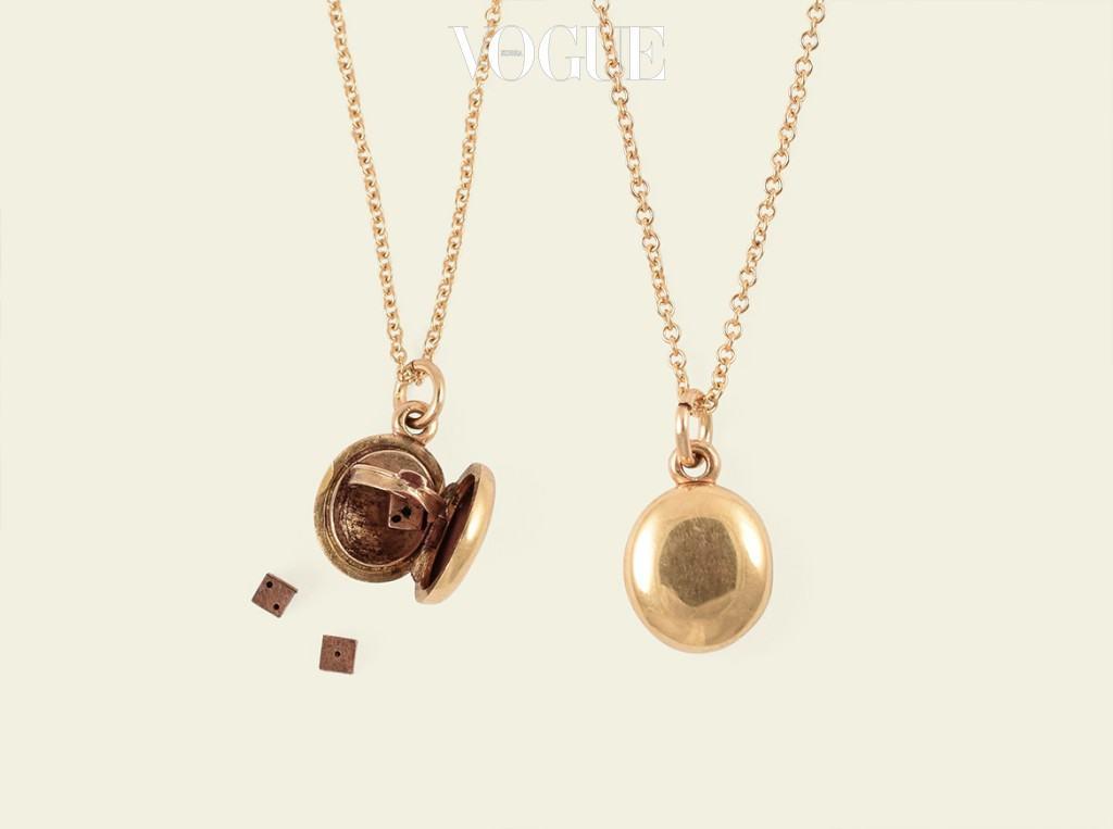 빅토리안 시대의 로켓 목걸이. 내부를 두 부분으로 나누는 가림막이 하나 더 있다. 가림막을 열면  그 안에 금으로 된 조그만 주사위 세 개가 숨어 있다. 15K 옐로 골드 소재로 20세기 초에 제작된 것. 주얼리 디자이너 겸 앤티크 주얼리 컬렉터인 에리카 위너의 샵에서 판매한다.ericaweiner.com