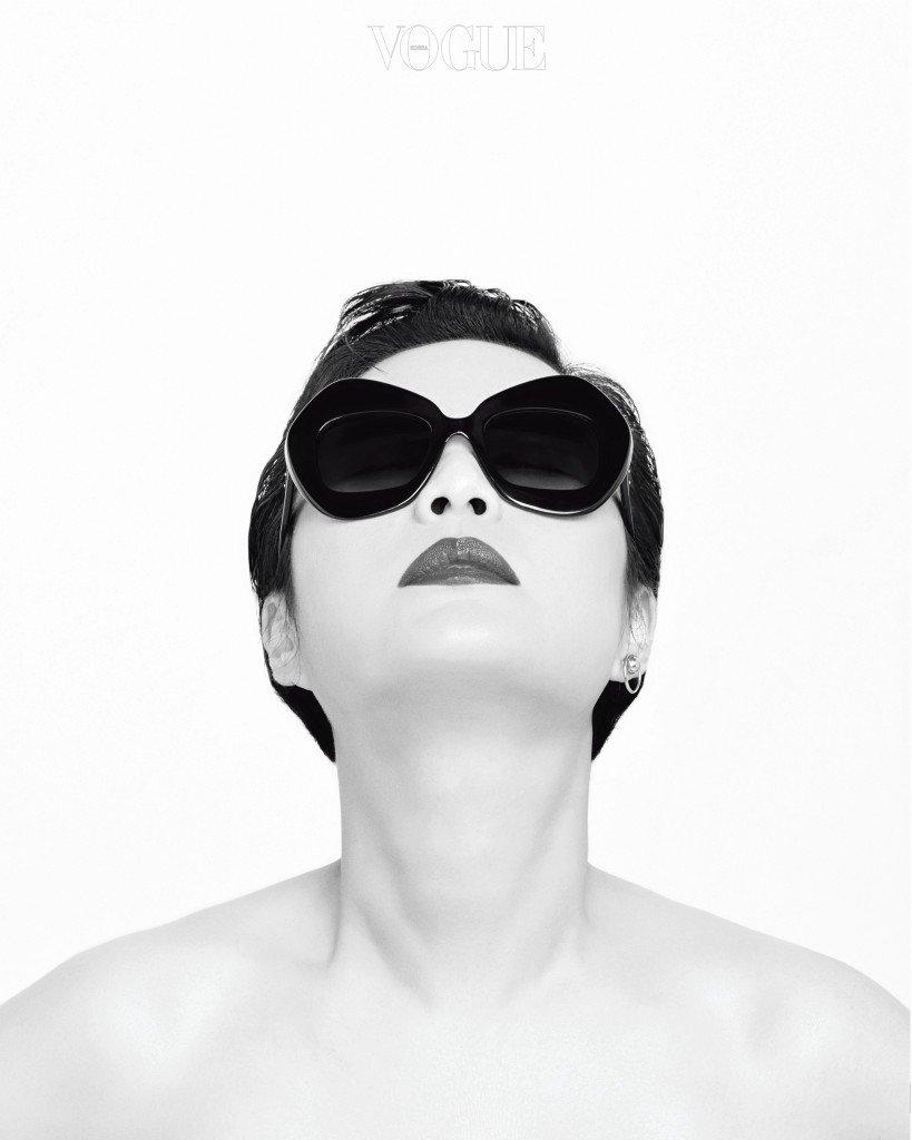 싱글로 연출한 귀고리는 디올(Dior), 독특한 프레임의 선글라스는 돌체앤가바나 by 룩소티카(Dolce&Gabbana by Luxottica).