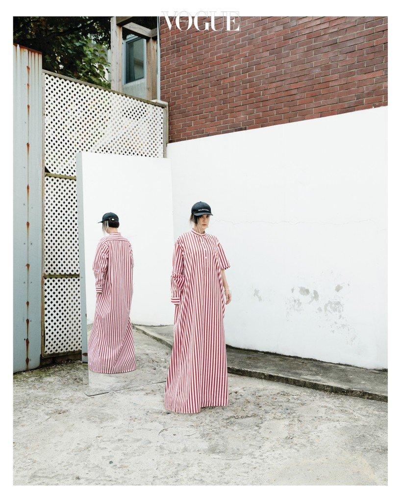 박시한 실루엣의 스트라이프 셔츠 드레스, 볼 캡과 드롭 귀고리는 발렌시아가(Balenciaga), 구조적인 실루엣의 골드 뱅글은 모드곤(Modgone).