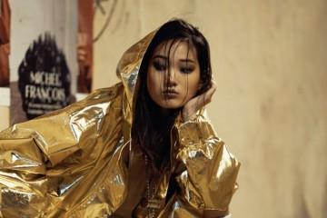 금빛 본디드 코튼으로 만든 후드 재킷과 버뮤다 쇼츠, 실크 톱과 흰색 가죽 부츠, 메탈 네크리스는  완다 나일론(Wanda Nylon).