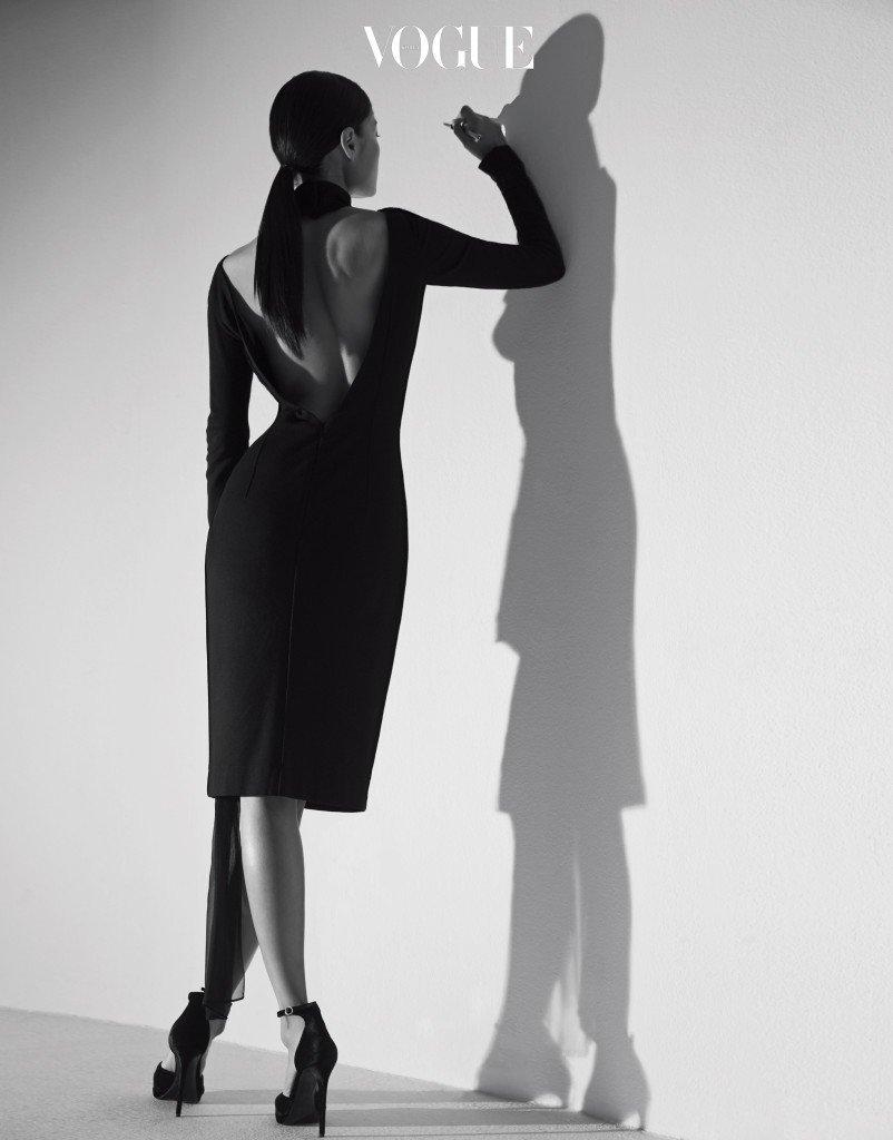 드레스는 미스지 컬렉션 (Miss Gee Collection), 슈즈는 랄프 로렌(Ralph Lauren), 만년필은 까렌다쉬(Caran d'Ache).