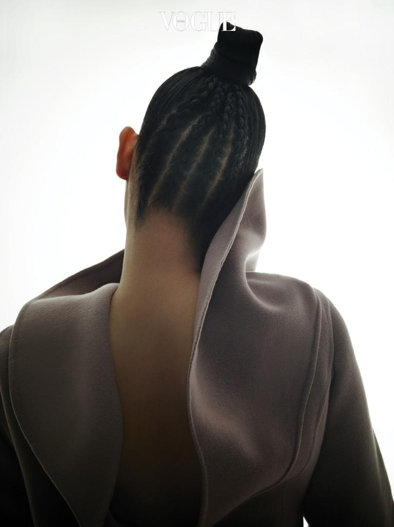 와이드 칼라 코트는 디올(Dior).