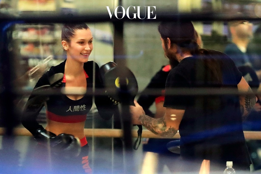 어때요, 자극 좀 받으셨습니까? 이렇게 예쁜 옷 입고 웃으면서 운동할 수 있다는 사실에 놀라셨나요? Bella Hadid