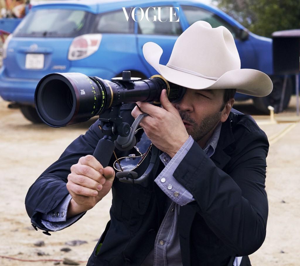 """카우보이 모자를 쓰고, 텍사스에서 촬영중인 톰포드 감독님이네요! 영화 의 시작은 오스틴 라이트의 작품 [토니와 수잔]입니다. 신시내티 대학의 영문학과 교수로 40년간 재직하며 사망 전까지도 활발한 집필 활동을 펼친 오스틴 라이트가 72세 때 탄생시킨 작품으로, 출간 당시에는 크게 인기를 얻지 못했지만 1993년 초판 출간 이후 꾸준히 사랑 받는 걸작이죠. [토니와 수잔]은 수잔이라는 여성 화자를 통해 사랑부터 분노, 배신, 복수 등 다양한 감정을 정교하게 파고들며 심리 스릴러의 정수를 보여줍니다. 친분이 있는 패션 저널리스트 팀 블랭크스의 추천으로 [토니와 수잔]을 읽게 된 톰 포드는 """"소설 속 소설이 신선하고 독창적이라고 생각했다""""고 했죠."""