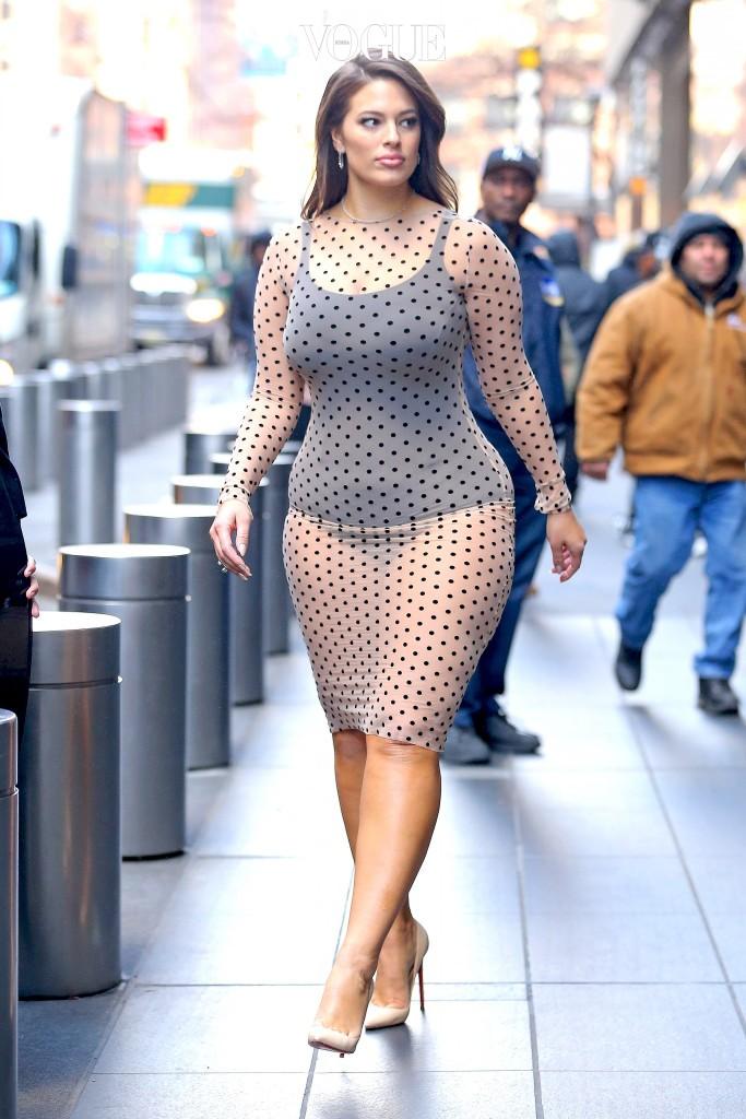 자신의 몸매를 드러내는 데 전혀 부끄러움이 없는 그녀.