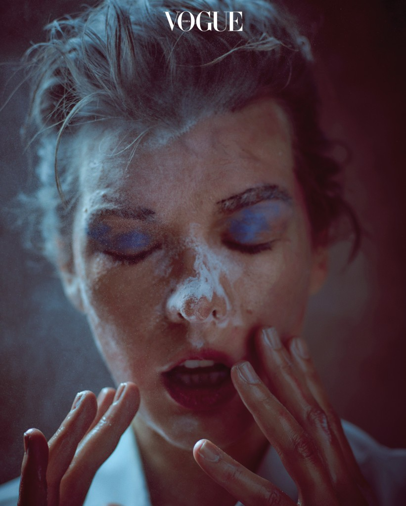 사진가 마리오 소렌티의 렌즈 앞에서 순수했던 18세 소녀로 돌아간 밀라 요보비치. 클렌징 오일을 손에 잔뜩 묻힌 그녀가 메이크업을 과감하게 지웠다.