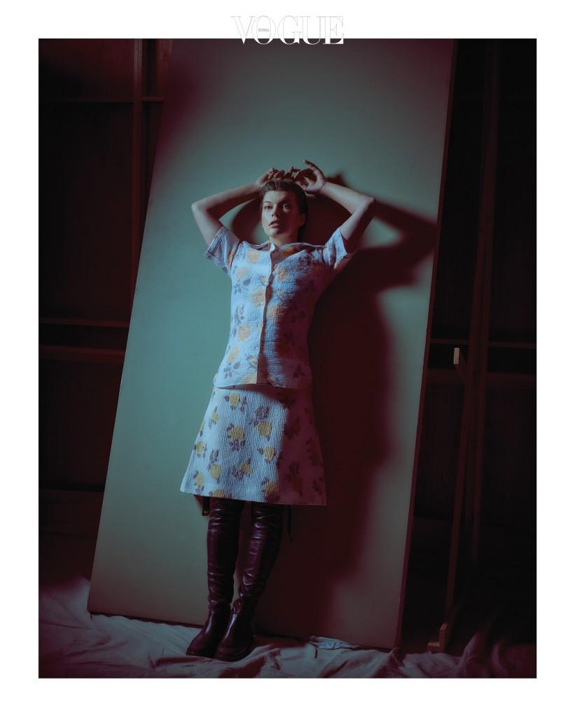 잔잔한 꽃무늬 셔츠와 미디 스커트, 나파 가죽 컨트리풍 부츠의 매치가 이색적이다. 의상과 슈즈는 셀린(Céline).