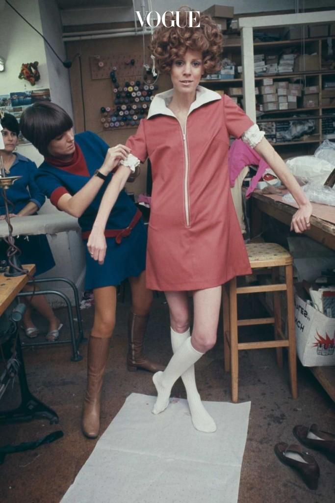 1967년 1월, 영국 패션 디자이너 메리 퀀트(Mary Quant)가 런던에 위치한 스튜디오에서 집업 미니드레스를 완성시키는 모습.