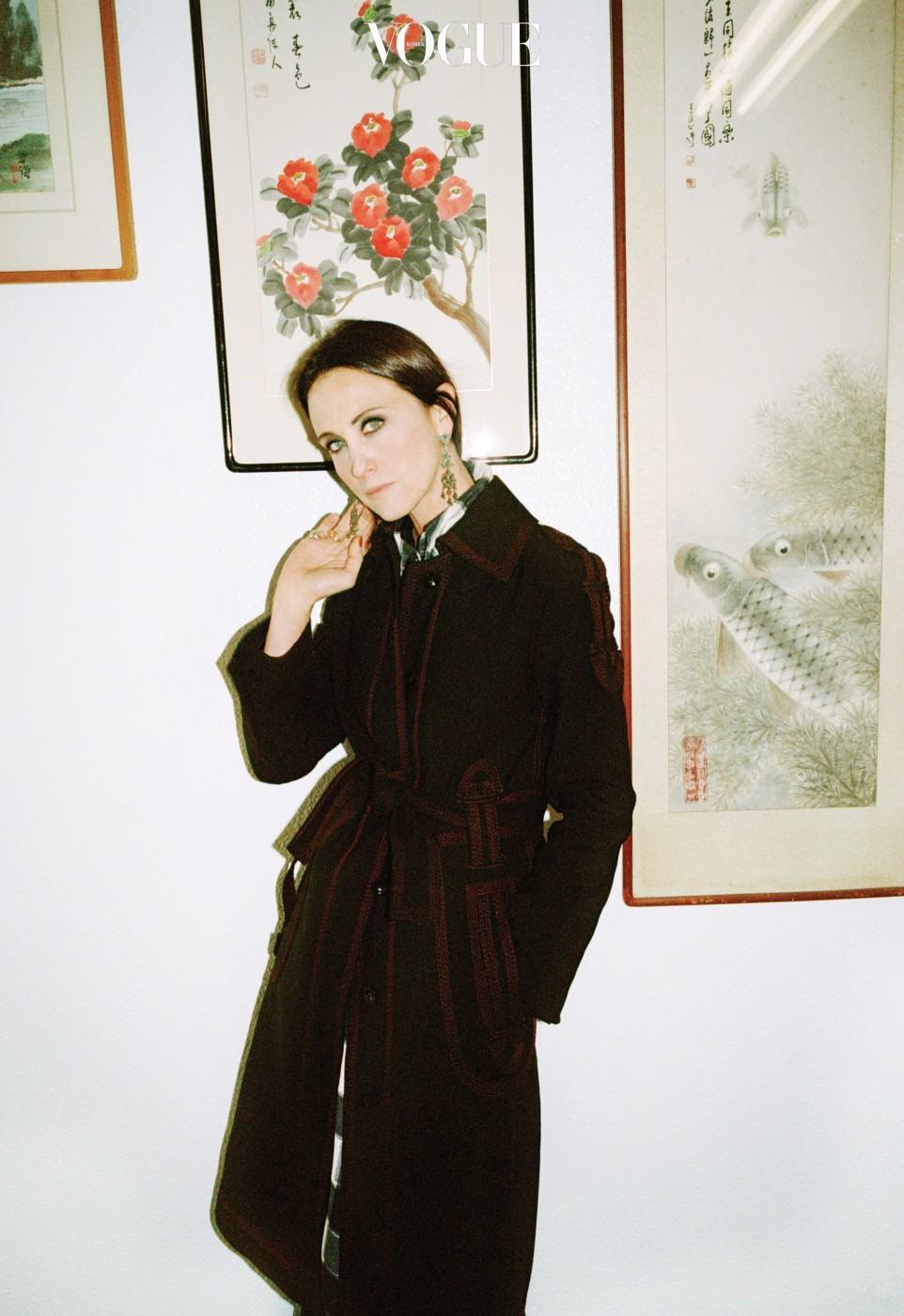 답십리 고미술상가의 수묵화 앞에서 포즈를 취한 알레산드라 파키네티. 그녀의 투명한 푸른 눈과 수묵화의 맑은 색감이 닮았다.
