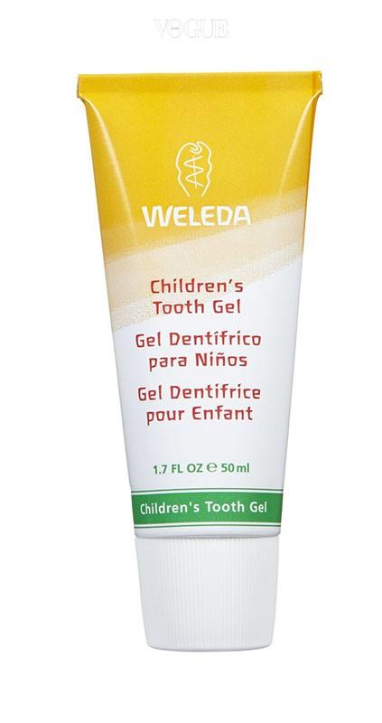 WELEDA스위스 유기농 제품으로 합성계면활성제와 불소 성분이 없다. 생후 6개월부터 사용이 가능하며 헹굼을 못하는 연령일 경우 칫솔질을 한 후, 거즈로 잇몸을 닦아주면 된다.