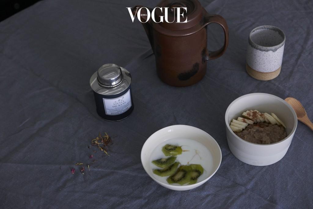 밤새 눈이 내리고 기온은 영하 십도로 뚝 떨어진 아침이었다. 서둘러 찻물을 올리고 오트밀을 데우는 것으로 집안의 공기를 온온하게 한다. 시나몬과 메이플시럽을 두른 따뜻한 오트밀은 한여름철만 제외하면 언제나 든든하고 편안한 아침이 된다.  Recipe. 오트밀 한컵 반, 물 반컵과 두유나 우유 150ml을 냄비에 넣고 3분정도 끓인다. 바나나를 썰어 오트밀 위에 올리고 약간의 시나몬 파우더, 약간의 메이플 시럽을 더한다.