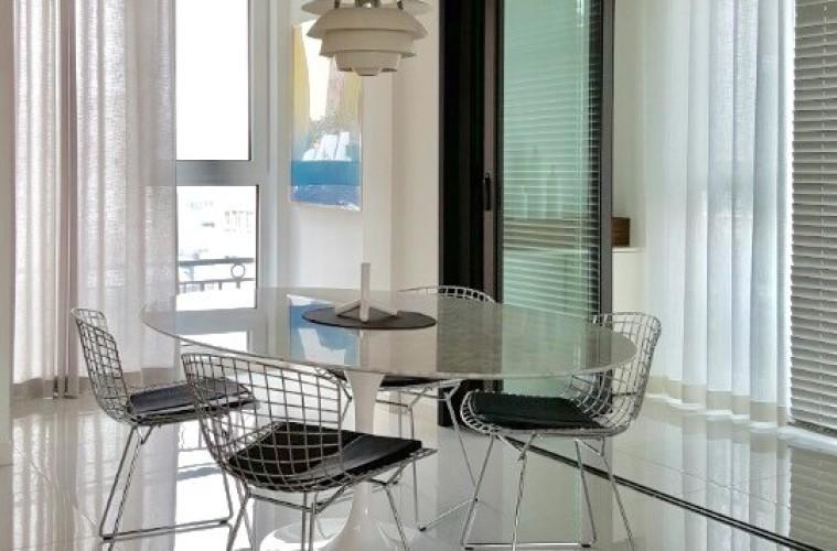 현대인 대다수가 아파트에 주거한다. 붙박이장의 의존도도 높아진 만큼 장롱만큼 커다란 가구는 예전만큼 수요가 높지 않다. 대신 의자나 테이블 선택에 좀더 신중하게 됐다. 톤 맞추는 게 쉽지 않다면 모노토, 화이트로 시작해볼 것. 대리석 테이블은 어느 공간, 다양한 식기류와도 무난하게 잘 어울린다. 단 대리석 무늬가 지나치게 많거나 붉은 기가 도는 천연석은 피하는 것이 좋다.