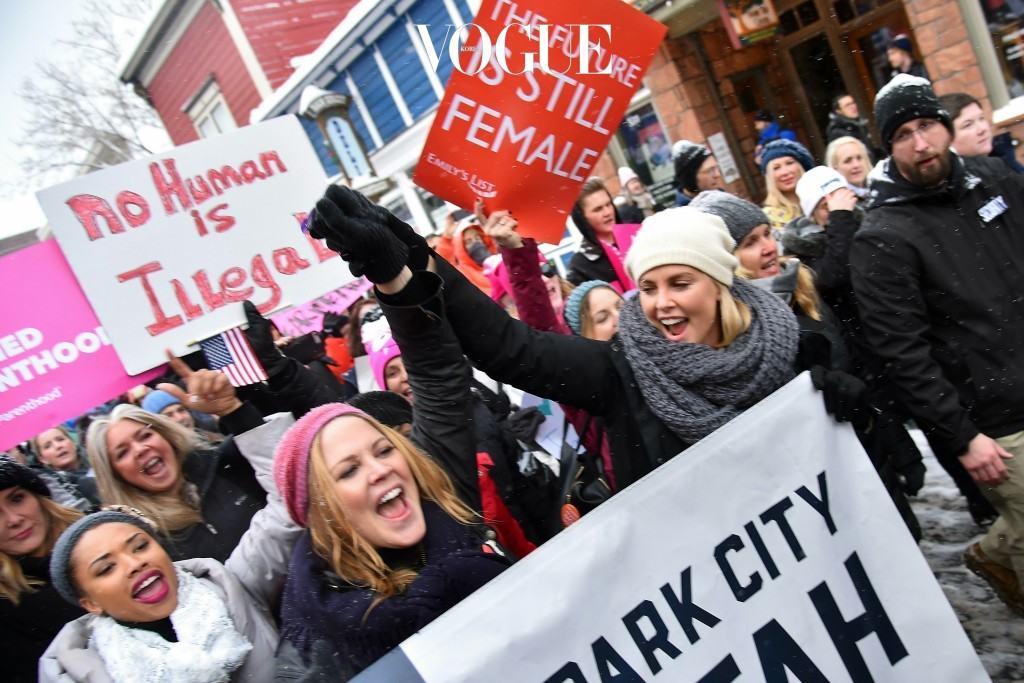 하지만 이런 운동을 단순히 미국 대선의 한 현상이라 속단하기는 이릅니다. 이번 Women's March와 비슷한 모습을 띈 런웨이가 실제로 3년 전에 있었기 때문이죠. 샤를리즈 테론 Charlize Theron