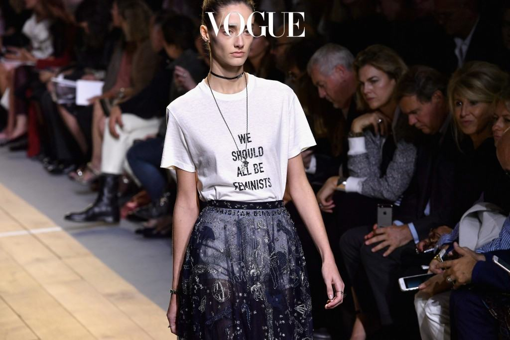 Spring 2017 디올 Dior 디올 하우스 역사상 첫 번째 여자 크리에이티브 디렉터인 마리아 그라지아 차우리(Maria Grazia Chiuri)가 내놓은 레터링 프린트 티셔츠가 이 모든 것을 대변하는 징표입니다.