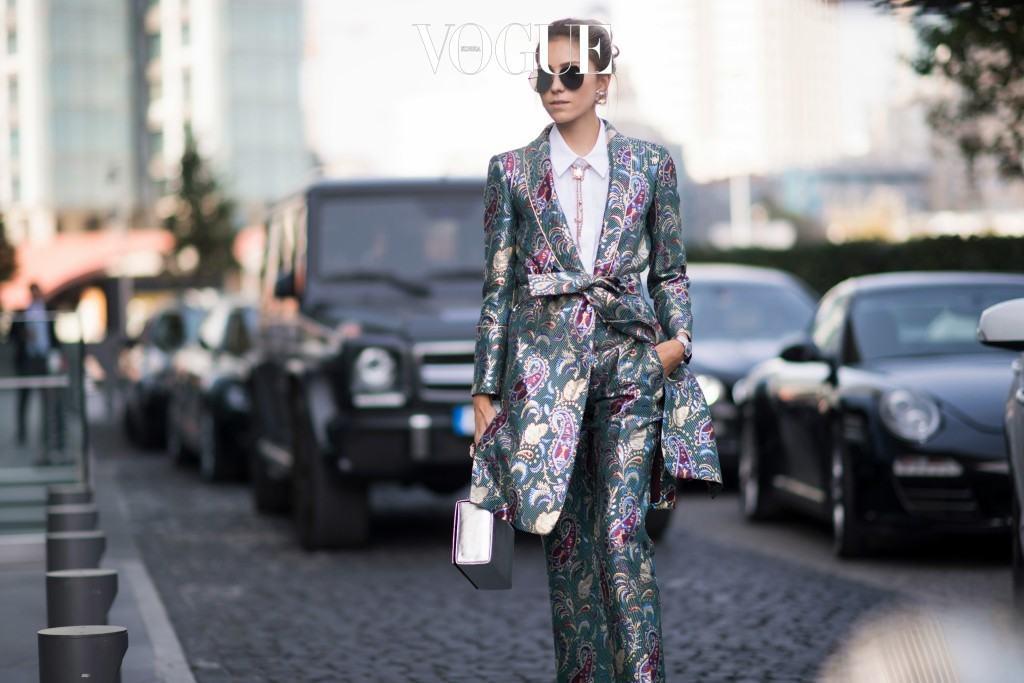 티셔츠가 베이직한 패션 아이템으로 사랑받고 있다면, 여성의 힘과 자존감을 보여주는 또 다른 수단으로서 팬츠 수트 트렌드 또한 강력하게 다가오고 있습니다. 라나 데미르 Rana Demir