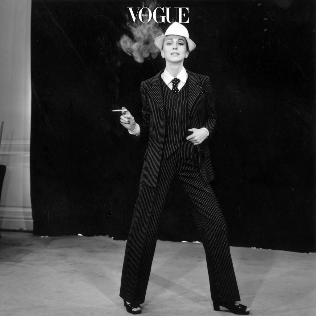 이브 생 로랑이 1960년대에 발표했던 르 스모킹(Le Smoking) 룩이 반세기 만에 다시 부활한 거죠. 매스큘린 스타일로 재해석된 패션으로는 팬츠 수트 말고도 와이드 팬츠, 로퍼 등도 있습니다. 19세기 턱시도는 신사들의 이브닝 웨어였으며, 여성의 출입이 금지된 흡연실에서 남성들이 즐겨 입는 복장이었다. 그 후 1930년대 요제프 폰 스턴버그(JosefVonSternberg) 감독의 영화 '모로코(Morocco)'의 여주인공마를레네 디트리히(MarleneDietrich)가 남성용 턱시도를 입은 매혹적인 모습으로 영화에 등장해 인기를 모은 바 있지만 실제 일상생활에서 여성이 팬츠 슈트를 입는 일은 거의 없었다. 그러던 1966년 가을, 이브 생 로랑은 마를레네 디트리히가 턱시도를 입은 사진에서 영감을 받아 여성을 위한 새로운 이브닝 룩으로 턱시도를 제안했다. '르 스모킹' 룩은 남성성과 여성성을 동시에 가지고 있다는 점과 프랑스의 판탈롱(Pantalon) 법에 의해 공공장소에서 바지 착용이 금지되었던 여성이 낮이나 밤이나 모두 바지를 입을 수 있는 계기를 만들었다는 점에서 페미니즘적 의의를 가진다. [네이버 지식백과]발췌