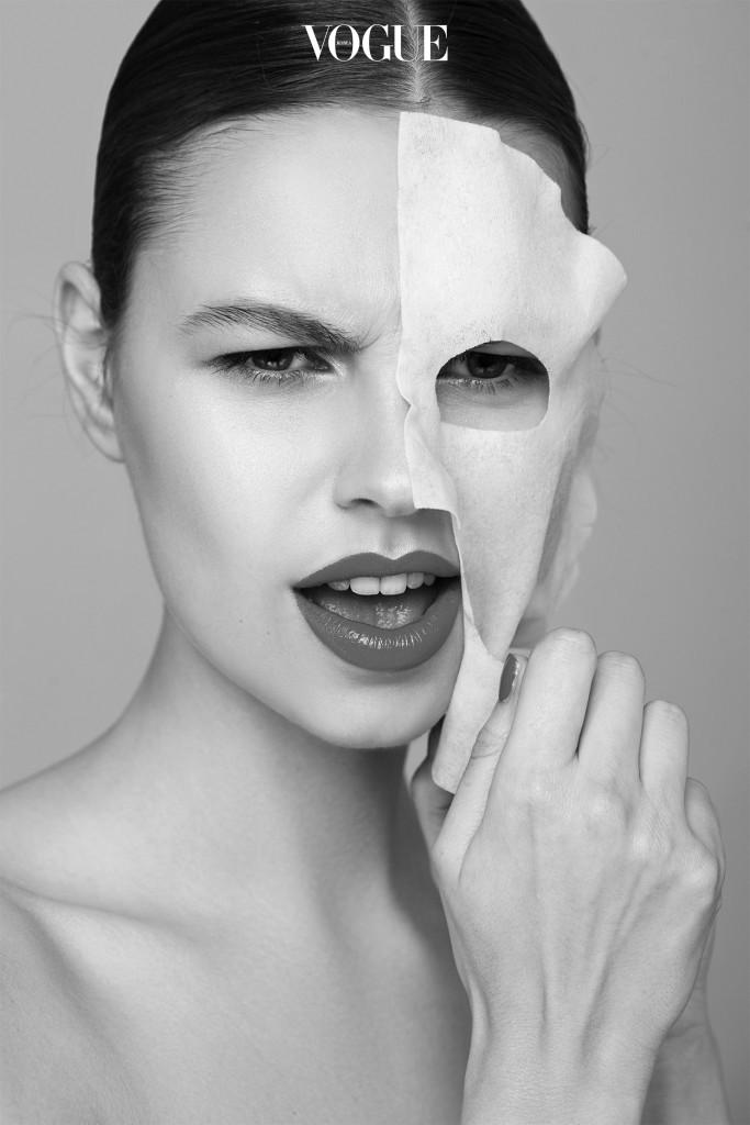 """요즘 피부과 전문의들 사이에 1일1팩에 대한 회의적 소견이 대두되고 있습니다. 피부과 전문의이자 바이오센서 연구소 치프 메디컬 오피서로 마스크 팩 개발에 참여하고 있는 이준 원장(퍼스트 스킨 피부과)은 """"피부를 지속적으로 과한 수분에 노출시키면 노화를 앞당길 수도 있다""""고 경고합니다. 물기를 듬뿍 머금은 시트를 약 20분 정도 얼굴에 붙이고 있으면 피부가 불게 되는데, 장기적으로 봤을 때 이는 피부 건강에 좋지 않다는 겁니다. """"설거지를 자주하는 주부의 손을 떠올려 보세요. 손 보습제를 충분히 바른다 해도 매일 반복해서 '물일'을 하면 손이 거칠어질 수밖에 없는 것과 같은 이치죠."""""""