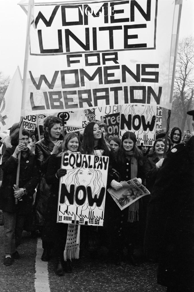 그동안 극단의 사상이라 여겼던 '페미니스트'가 전면에 떠오른 2017년! 60여년 전, 남자와 동일한 선거권과 임금을 요구하던 그때 그 시절의 집회를 생각해보면, 아주 조금씩이라도 이런 외침을 통해 인권 문제가 나아지길 바라는 것도 욕심은 아닐 듯 합니다.
