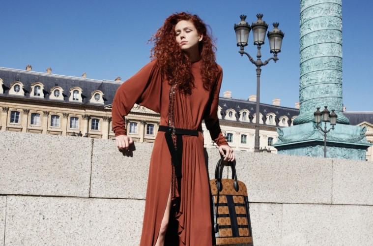RED FLAME방돔 광장을 상징하는 연옥색 기둥 안에 선 나탈리 웨슬링. 금속 장식의 러플 컷아웃 저지 드레스의 컬러와 나탈리의 머리 색이 꼭 어울린다.