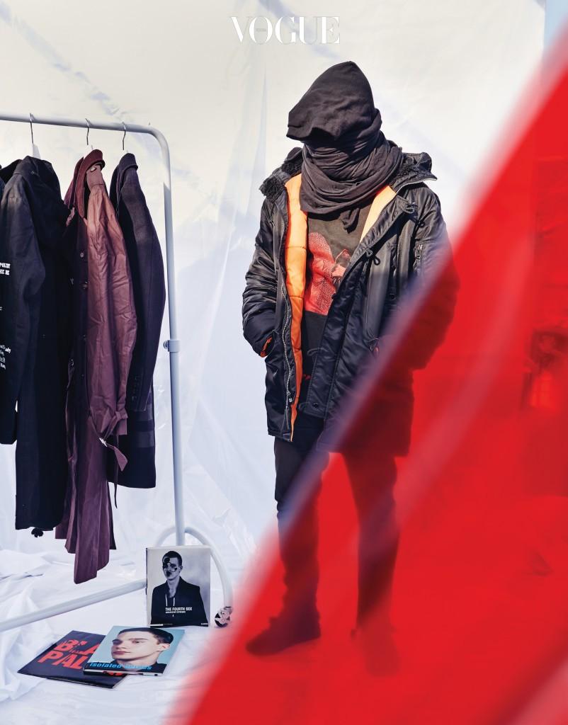 라프 시몬스 컬렉션의 아카이브 피스를 모으는 컬렉터 손야비. 2000 S/S 피라미드 재킷, 2002 F/W 스타디움 재킷, 2005 F/W 영화 《폴터가이스트》 그래픽이 그려진 코트는 물론 마르지엘라, 헬무트 랭의 희귀한 제품도 수집한다.