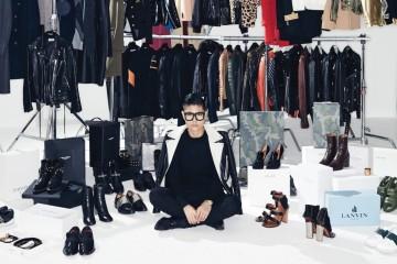 디자이너 이지현은 자신에게 감동을 주는 제품이라면 무엇이든 수집한다. 브랜드는 발렌시아가, 발맹, 셀린, 발렌티노, 랑방, 생로랑으로 다양하며, 남성복과 여성복의 구분 또한 없다.