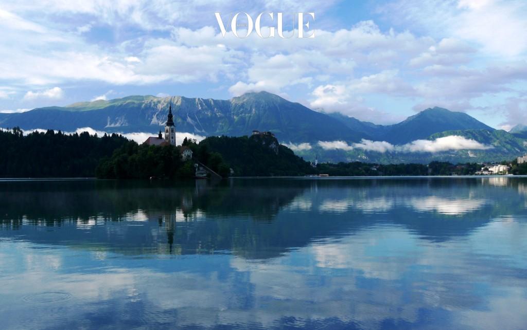 블레드 Bled, SLOVENIA 슬로베니아의 북서부에 위치한 휴양지. 알프스 산맥에서 흘러 내려온 맑고 깨끗한 물이 호수가 되어 동화 속 한 장면을 떠올리게 하는 이곳은 발킨 지방으로 여행을 떠난 이들이라면 꼭 들려야 할 로망의 공간으로 불리운다.