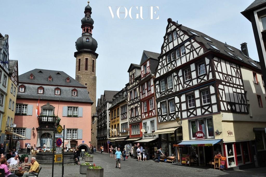 코헴 Cochem, GERMANY 독일 서부의 모젤강을 따라 형성된 작은 마을. 아기자기한 건물과 아담하고 정겨운 골목, 마을 중앙에 자리한 코헴성이 주요 볼거리. 화이트 와인의 생산지 답게 마을 곳곳에 스며든 향긋한 내음이 여행 내내 즐거운 기분을 안겨줄 것이다.