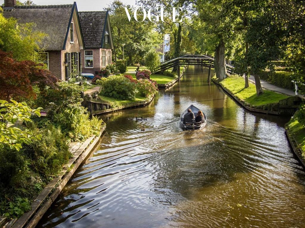 히트호른 Giethoorn, NETHERLANDS 네덜란드 암스테르담 근처에 위치한, 7킬로미터의 좁은 수로를 따라 형성된 동네. 12세기 지중해의 대홍수를 피해 이주하면서 생긴 마을로, 네덜란드의 베니스라는 별명을 지녔다. 아기자기한 집들과 그 주변을 가득 채운 야생화를 보며 물위를 거니는, 평화롭고 여유로운 시간.