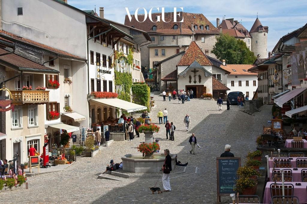 그뤼예르 Gruyères, SWITZERLAND 스위스 알프스 산 속의 작고 예쁜 중세 마을. 프랑스어로 '학'을 의미하는 이곳은 11세기에 지어진 그대로의 모습을 간직한 유서 깊은 도시. 그뤼예르 치즈의 고장으로, 작지만 활기찬 분위기가 정겹다.