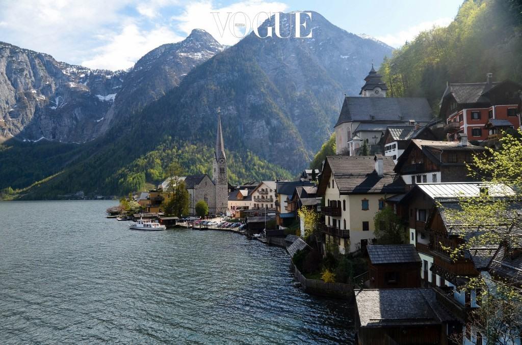 할슈타트 Hallstatt, AUSTRIA 오스트리아 잘츠카머구트 지역에 있는 호수 마을. 호수 기슭 경사면을 깍아 집을 만든 오래된 도시로, 도시명의 'hal'이 고대 켈트어로 소금을 일컬을 만큼 소금이 유명하다. 1997년 유네스코 문화유산으로 등재되며 유럽 배낭여행자들이 선망하는 여행지가 되었다.