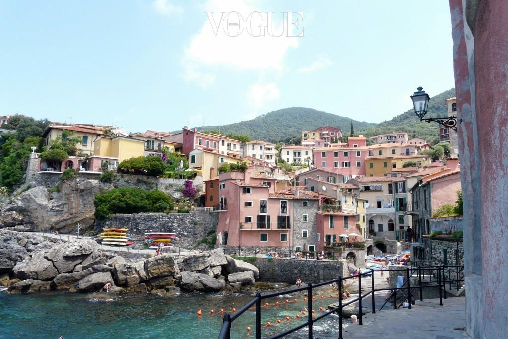 텔라로 Tellaro, ITALY 이탈리아 북서부에 위치한 해변 마을. 여행전문지가 선정한 '유럽의 가장 아름다운 마을 12' 중에 뽑혔을 만큼 뛰어난 경관을 자랑한다. 최근 국내에도 잘 알려진 이탈리아 친퀘테레(Cinque Terre)와 유사한 파스텔톤 집들이 특색으로, 가히 '사랑스러운 마을'이라 할만하다.