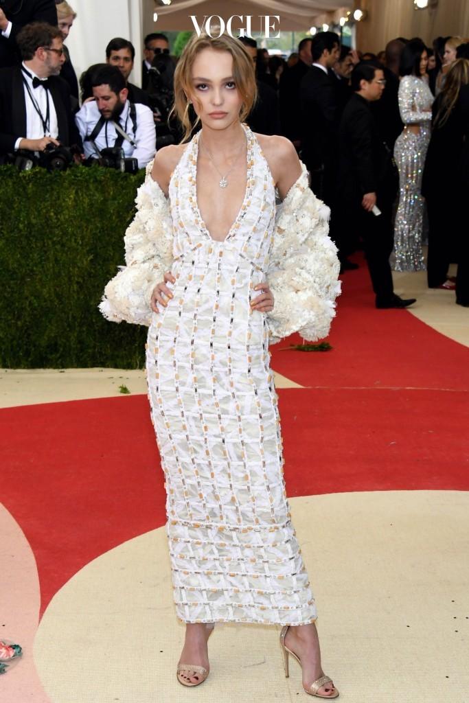 틴에이저들의 롤 모델로 등극한 릴리 로즈 뎁을 통해 '가슴 작은 그녀'가 선택하면 좋을 패션 센스까지 엿볼 수 있습니다.